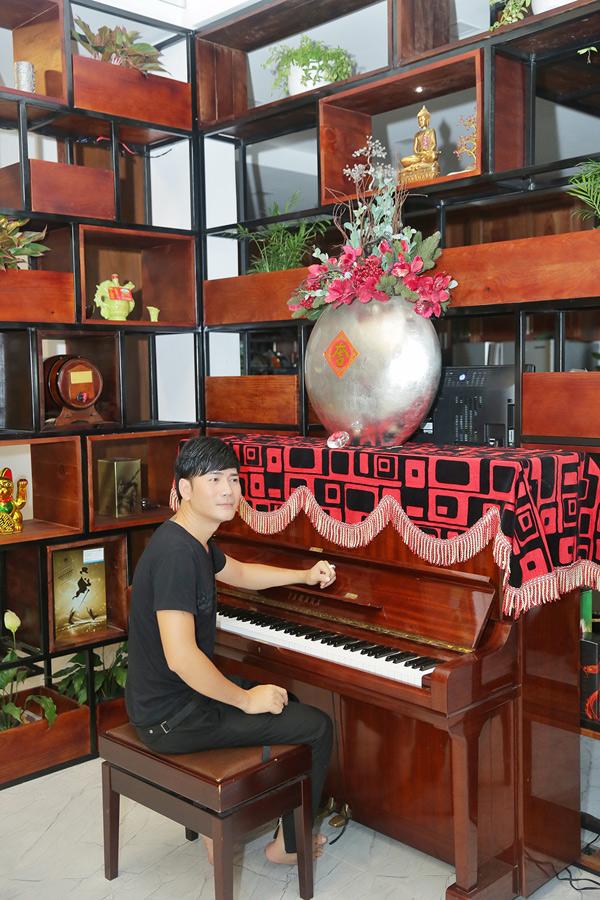Ở nhà Quách Thành Danh vẫn thường xuyên luyện tập thanh nhạc và dạy các con ca hát, chơi đàn.
