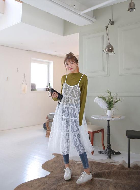Bên cạnh kiểu phối đồ thông dụng, nhiều cô nàng cá tính còn không khải thể nghiệm việc mix váy xuyên thấu cùng áo nỉ và quần jeans.