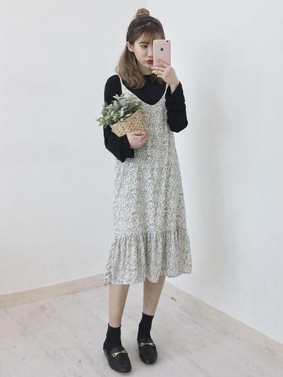 Đừng vội vàng rời bỏ mẫu váy hoa được yêu thích trong mùa hè, vì nó vẫn có thể giúp set đồ thu của các nàng bắt mắt hơn.