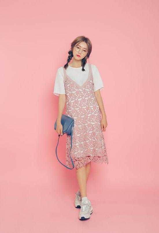 Váy ren kiểu dáng mang hơi hướng của những chiếc slip dress mang tới điểm nhấn cho bộ trang phục dạo phố. Váy sexy được kết hợp cùng áo thun trắng, túi đeo chéo và giầy thể thao.