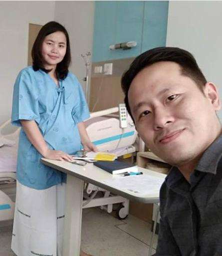Ánh Wee và vợ tại bệnh viện cách đây 3 tháng. Ảnh: Facebook.