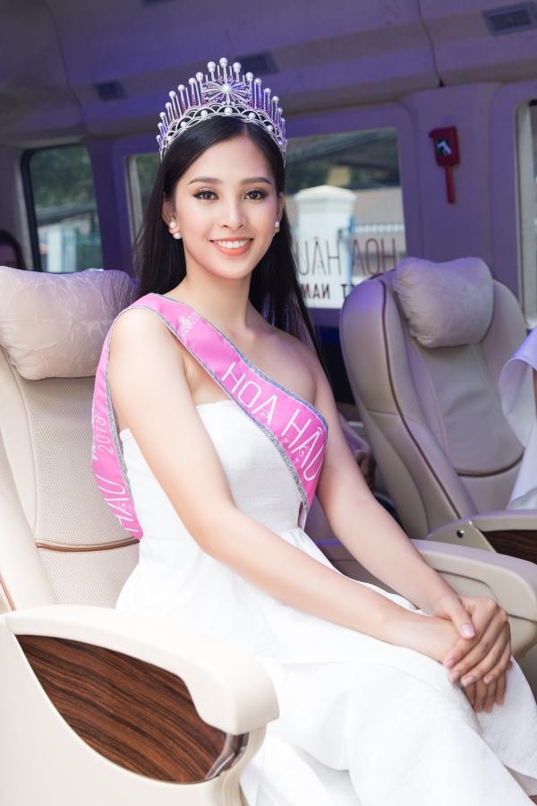 Sau khi đăng quang Hoa hậu Việt Nam 2018, Trần Tiểu Vy tất bật giao lưu với truyền thông. Trên mạng xã hội, MC Nguyên Khang tiết lộ Hoa hậu Tiễu Vy chỉ ngủ được 15 phút sau đêm đăng quang. Cô phải dậy chuẩn bị trang điểm tham gia lịch trình của ban tổ chức.