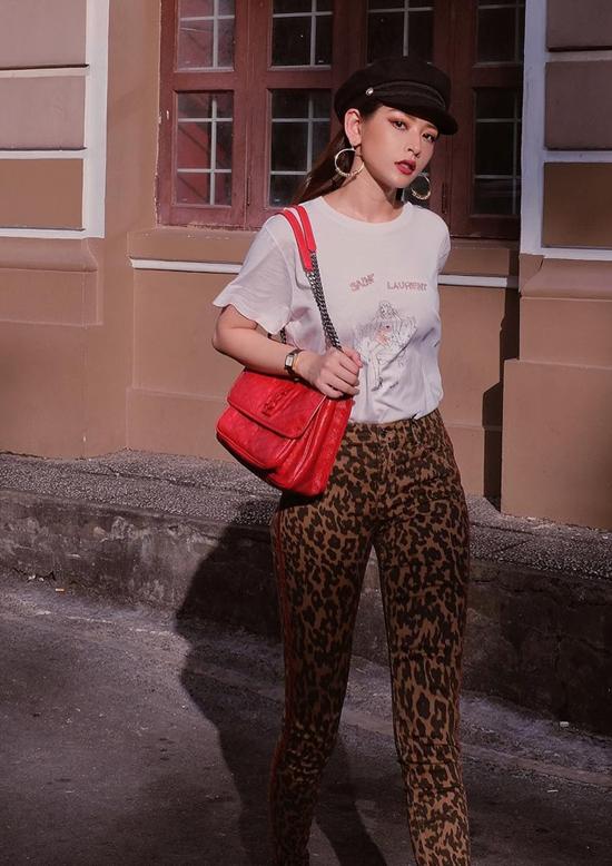 Chi Pu khỏe khoắn với street style theo đúng khuynh hướng thu đông 2018. Quần skinny họa tiết da báo được cô sử dụng cùng áo thun trắng in họa tiết nhẹ nhàng để cân bằng cho tổng thể.