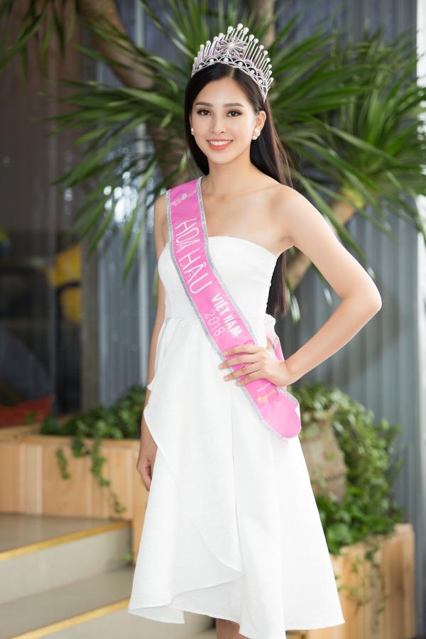 Tân Hoa hậu đội vương miện, đeo dải băng xuyên suốt các hoạt động. Hoạt động liên tục nhiều ngày, cô gần như bị tắt tiếng.