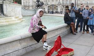Justin Bieber ngồi trước điện Buckingham đàn hát tặng hôn thê