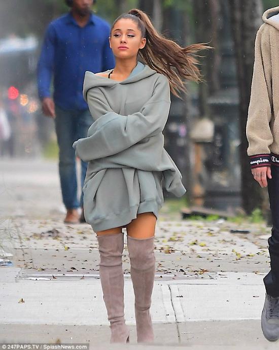 Ariana bước đi với vẻ mặt buồn bã, không nhí nhảnh thể hiện tình cảm với bạn trai như mọi khi.