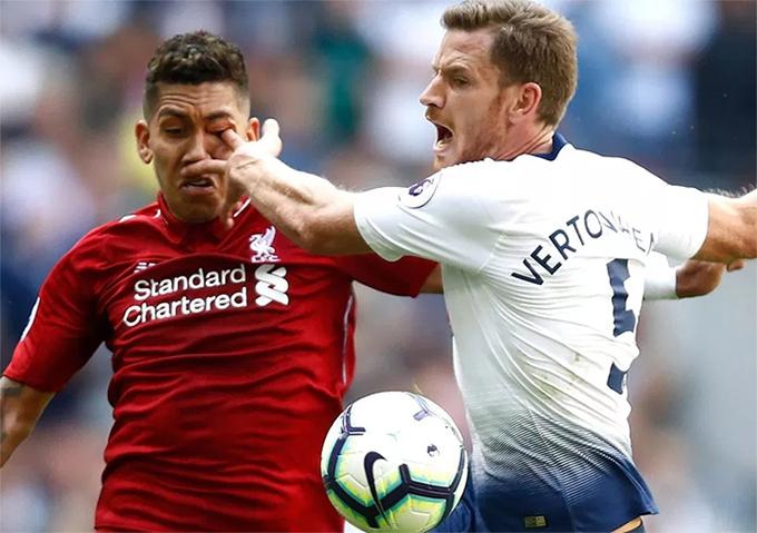 Jan Vertonghen chọc tay rất sâu vào mắt của Firmino. Rất may là tiền vệ của Tottenham không bị thương quá nặng.
