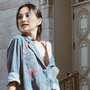 'Mẹ hai con' Kim Hiền mặc trẻ trung dạo phố ở Canada