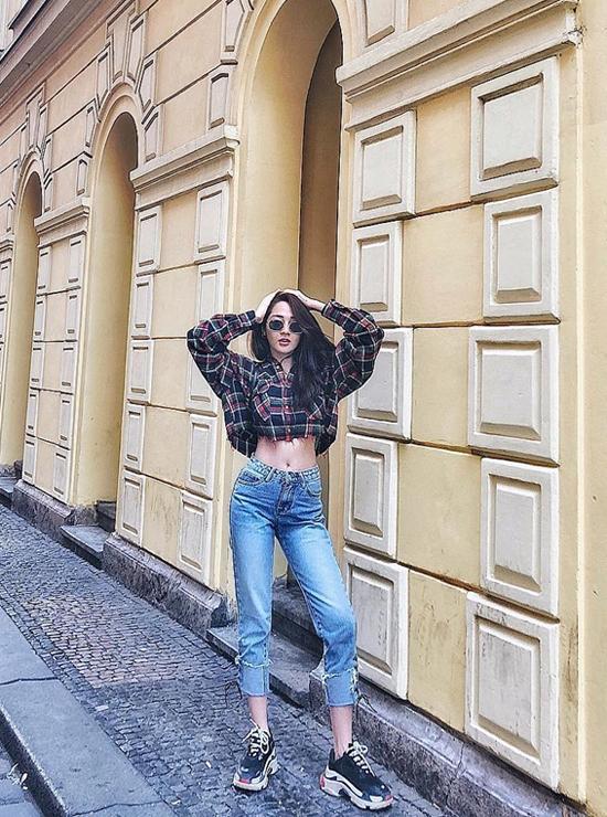 Chỉ mặc sơ mi cùng jeans xé gấu nhưng Bảo Anh vẫn giúp mình tôn vẻ đẹp hình thể nhờ thiết kế áo hở eo và dáng quần ôm.