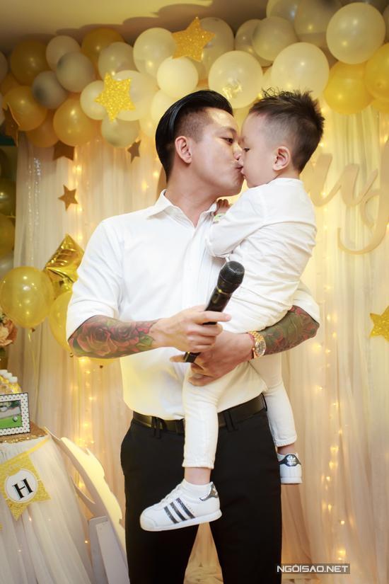Tuấn Hưng hôn con trai Su Hào trong tiệc sinh nhật ròn 3 tuổi của cậu nhóc.