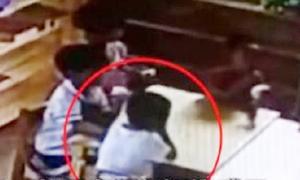 Mẹ chứng kiến con chết vì hóc thức ăn qua camera lớp học
