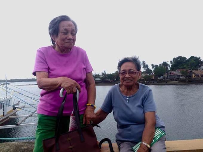 Hai bà Eudosia và Antononia Meras, cặp song sinh nhiều tuổi nhất trên đảo Alabat. Ảnh: