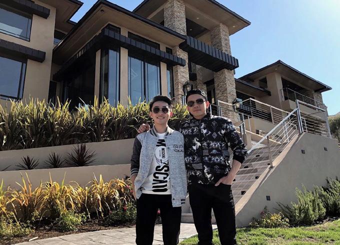 Đoan Trường đi lưu diễn Mỹ cùng học trò Trung Quang. Sau khi đăng quang Thần tượng bolero 2016, Trung Quang được Đoan Trường hết lòng giúp đỡ dạy hát và đưa đi diễn nhiều nơi. Trung Quang vừa có dịp đến thăm biệt thự của Đoan Trường tại Mỹ.