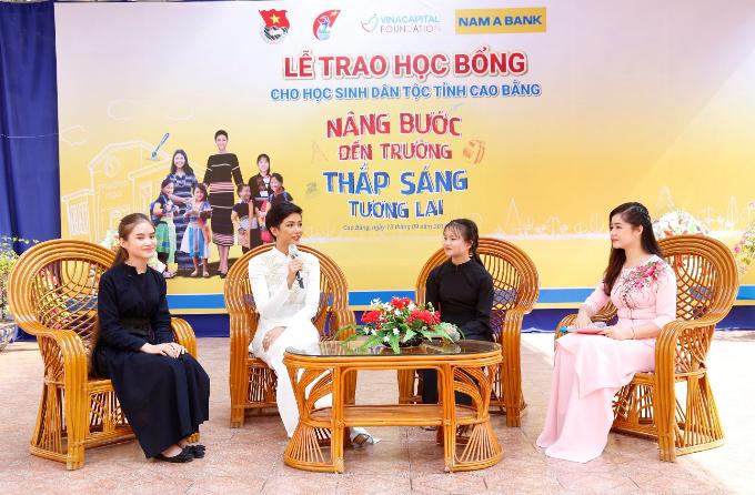 Đại sứ Nhân Ái của Nam A Bank - Hoa hậu Hoàn vũ Việt Nam 2017 HHen Niê giao lưu cùng cácem học sinh dân tộc tại Cao Bằng.