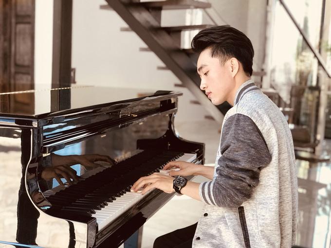 Anh thích thú chơi đàn, luyện thanh nhạc trong những ngày nghỉ ngơi ở nhà đàn anh.