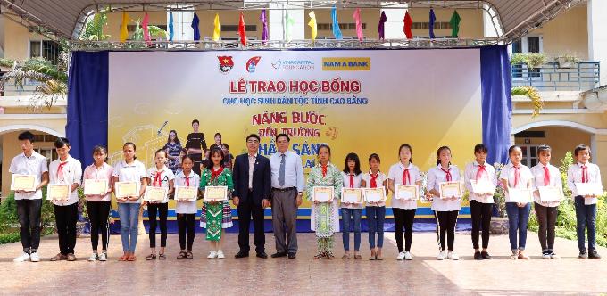 Ông Nguyễn Danh Thiết -Giám đốc Nam A Bank khu vực miền Bắc và ông Lục Văn Dương - Phó Giám đốc Sở Giáo dục & Đào tạo tỉnh Cao Bằng trao học bổng cho các em.