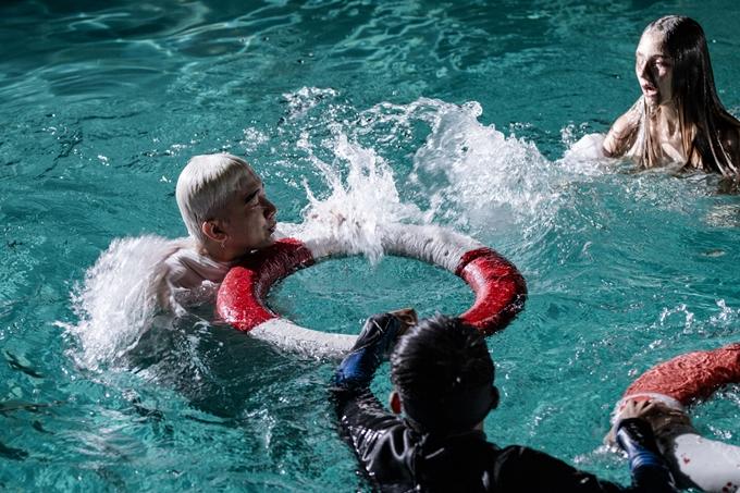 MV có một số cảnh quay ở hồ bơi khiến Chi Dân ám ảnh. Do không biết bơi, anh liên tục ngụp lặn và nhờ sự hỗ trợ theo sát từ nhân viên cứu hộ lẫn phao cứu sinh.
