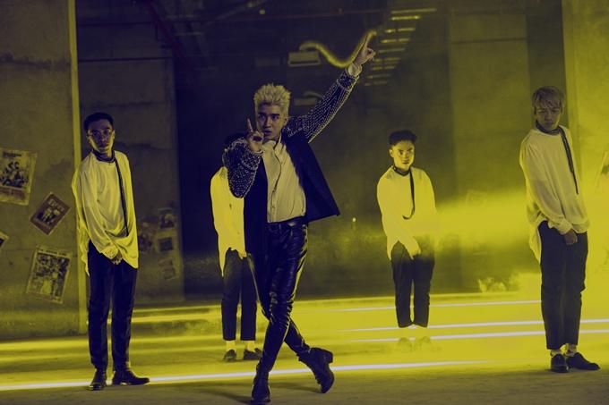 Chi Dân cũng nỗ lực thể hiện vũ đạo trong MV mới.