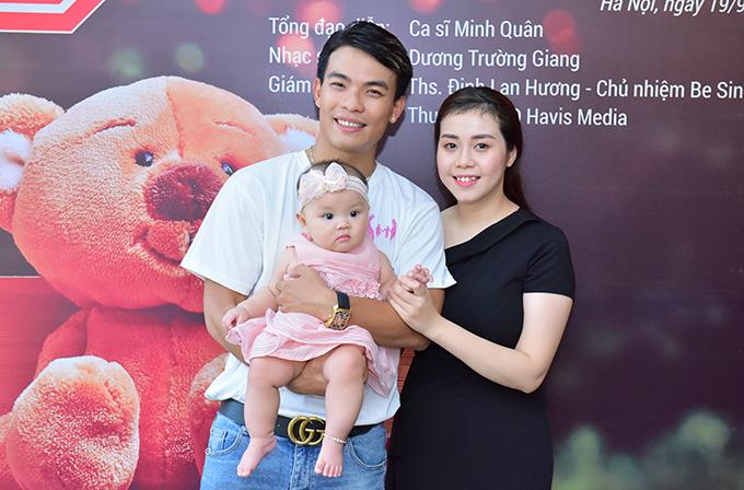 Chiều 19/9, buổi họp báo ra mắt MV Giữ lấy tuổi thơ được tổ chức tại Hà Nội. Nhạc sĩ Dương Trường Giang mang theo vợ và con gái đến dự sự kiện. Anh chính là tác giả của ca khúc này.