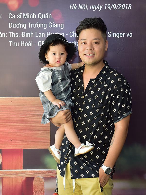 Dương Trần Nghĩa lần đầu bế con gái đi dự event.
