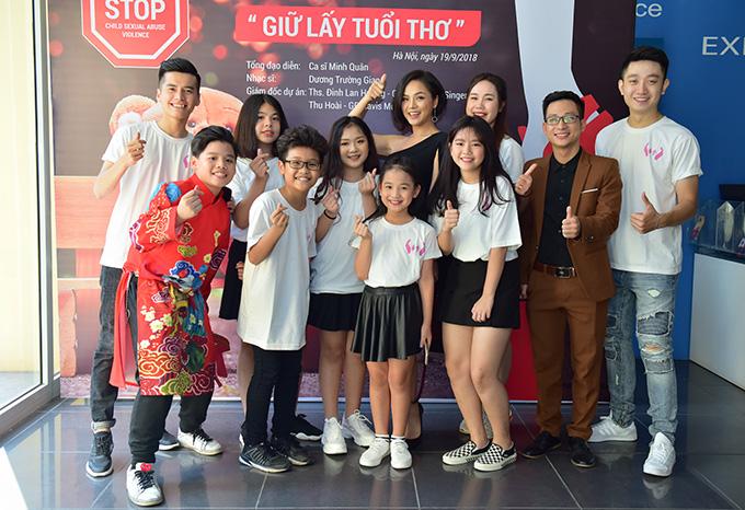 Thu Quỳnh được nhiều khán giả nhí vây quanh để xin chụp ảnh cùng và hỏi thăm về vai My Sói trong phim Quỳnh búp bê. Nữ diễn viên cảm thấy rất bất ngờ vì có nhiều em bé cũng quan tâm đến vai diễn của mình.