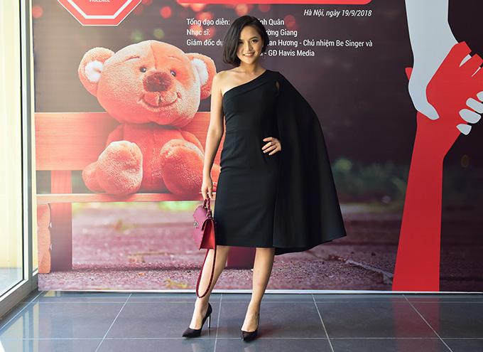 Diễn viên Thu Quỳnh có mặt từ sớm tại buổi họp báo. Cô cũng là một trong những nghệ sĩ hòa giọng trong MV này. Nữ diễn viên mong muốn góp tiếng nói vào thông điệp bảo vệ trẻ em khỏi nạn bạo hành, xâm hại tình dục.