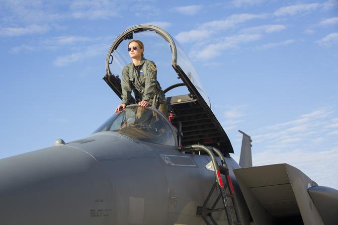 Carol Denvers xuất hiện trong chân dung người lính, trên máy bay quân sự ở đầu phim