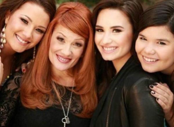 3 chị em gái Demi Lovato cùng mẹ.