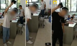 Thầy giáo bị trừ lương vì phạt học sinh tự đập vỡ điện thoại