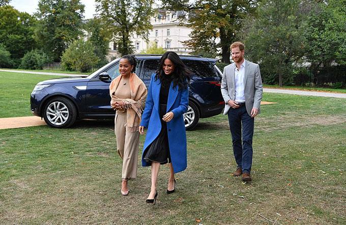 Bà Doria được trông thấy rời sân bay Los Angeles để tới London hai ngày trước. Trên chiếc xe tới khu vựcăn trưa do Meghan tổ chức để mời các đầu bếp tại Hubb cùng người thân của họ, mẹ của Meghan ngồi ở ghế trước,vợ chồng Harry - Meghanngồi ở ghế sau. Lúc xuống xe, Nữ công tước xứ Sussex và mẹ cùng song hành, trong khi Hoàng tử Harry từ tốn đi theo sau, cách vài bước chân.