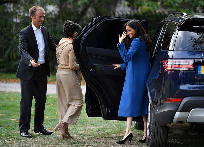 Cô vẫy tay chào các vị khách của mình cho tới khi lên xe để ra về.