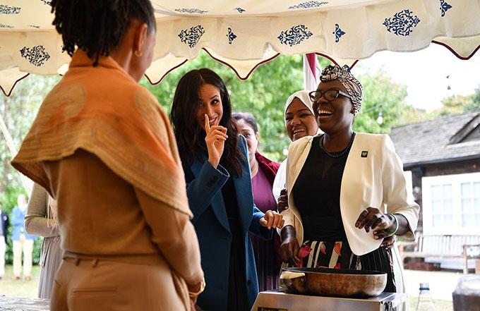 Nữ công tước 37 tuổi dành nhiều thời gian trò chuyện với các khách mời cùng mẹ trong không khí vui vẻ.