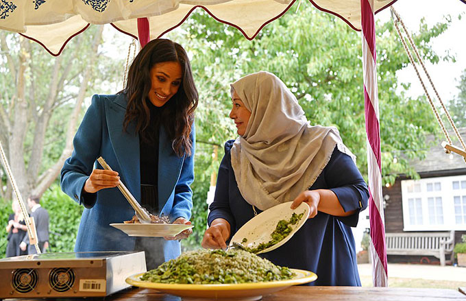Vì đã có nhiều tháng tới khu bếp của Hubb, Meghan tỏ ra quen thuộc và hào hứng với cách chế biến các món ăn.
