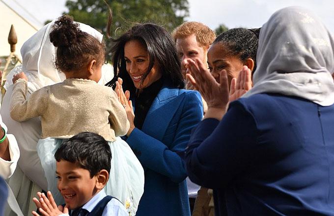 Meghan tỏ ra vui thích khi gặp một bé gái da màu có mái tóc xoăn.