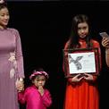 Maya dắt con gái lên sân khấu Canada nhận giải thưởng phim