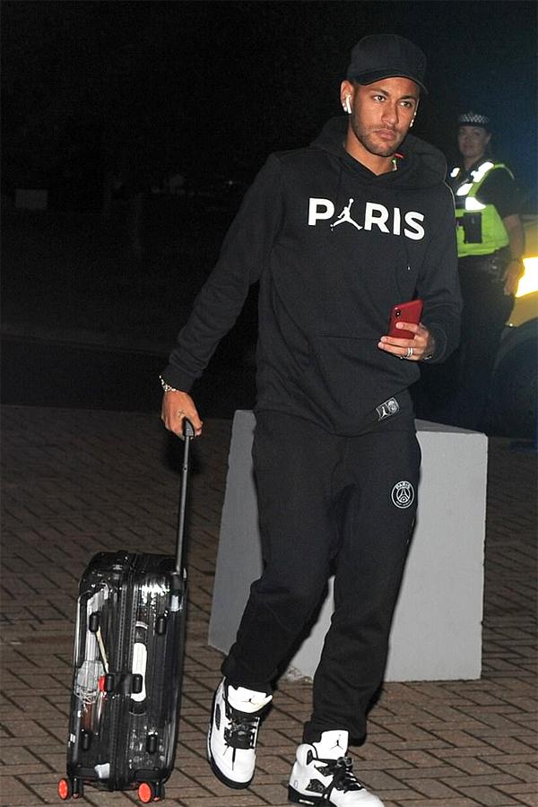 Hôm 18/9, PSG nhận thất bại 2-3 trong chuyến làm khách của Liverpool ở lượt trận mở màn Champions League 2018-2019. Sau trận,Neymar buồn bã cùng các đồng đội ra sân bay trở về Pháp.