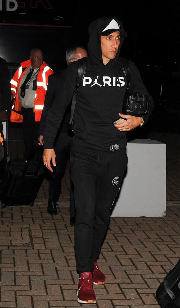 Tiền vệ Di Maria diện bộ đồng phục di chuyển chất liệu nỉ màu đen của PSG kết hợp với đôi giày thể thao màu đỏ.