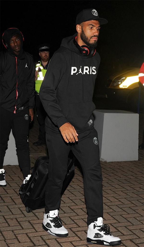 Tiền đạo Eric Maxim Choupo-Moting mặt buồn thiu bước vào sân bay. Chân sút người Cameroon được tung vào sân ở cuối hiệp hai thay cho Di Maria nhưng anh không thể hiện được nhiều trong quãng thời gian ít ỏi trên sân.