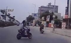 Tài xế đánh lái xuất thần tránh xe đạp điện