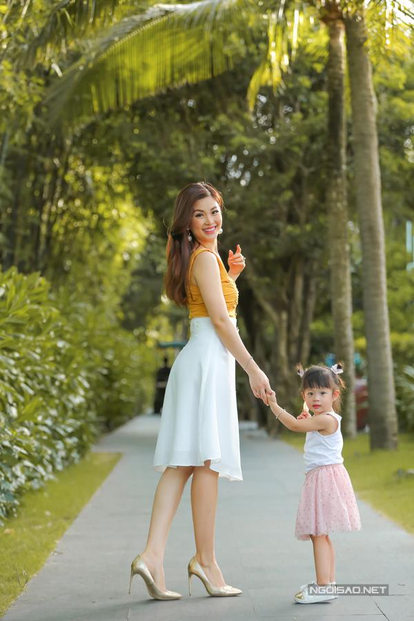 Á hậu Diễm Trang chơi đùa với con gái