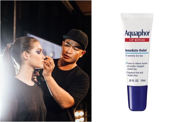 Chuyên gia trang điểm gốc Việt Hung Vanngo luôn mang theo tuýp son dưỡng môi đa năng Aquaphor Lip Repair.