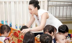 Hoa hậu Paris Vũ tặng 1.000 bánh trung thu cho trẻ mồ côi