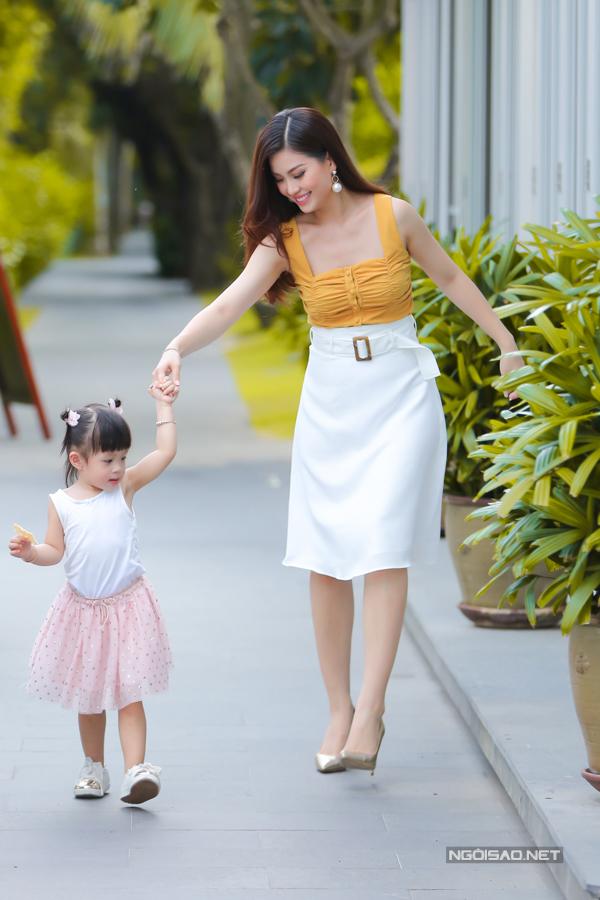 Á hậu Diễm Trang chơi đùa với con gái - 1