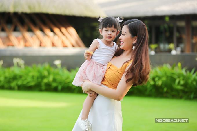 Á hậu Diễm Trang chơi đùa với con gái - 2