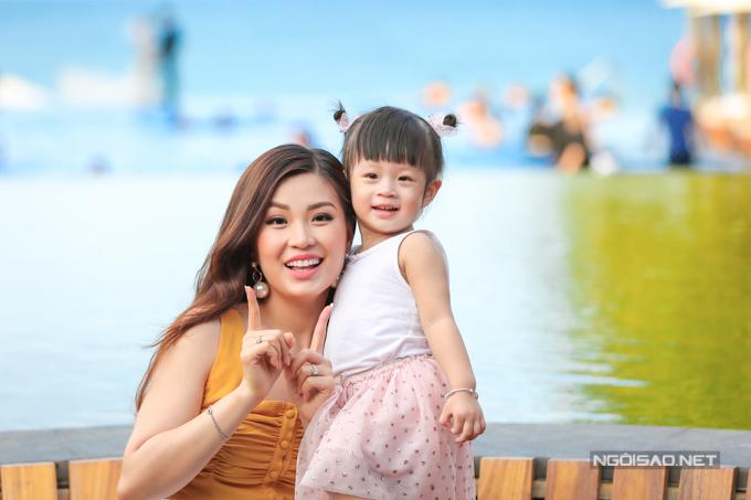 Á hậu Diễm Trang chơi đùa với con gái - 4