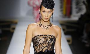 Bella Hadid hở trọn bầu ngực qua lớp vải trong suốt