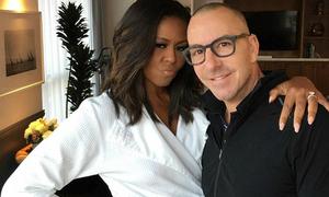 Bà Michelle Obama quàng vai, chu môi chụp ảnh cùng nghệ sĩ trang điểm