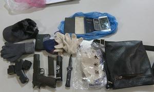 Cảnh sát thu súng ngắn, mặt nạ da người tại hiện trường cướp tiệm vàng