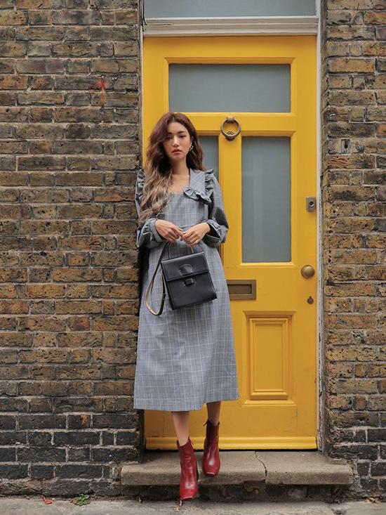 Đi đôi với việc cập nhật các kiểu váy áo mùa thu, những cô nàng sành điệu cũng không quên làm mới tủ giầy dép của mình. Các kiểu slip on, giầy mullet, sandal dần được thay thế bằng bốt cánh tính.
