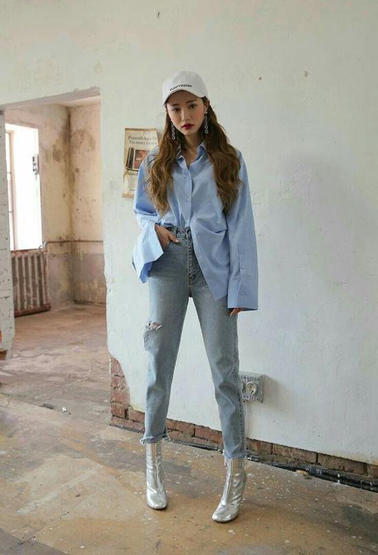 Những cô nàng thích sự nổi bật có thể chọn các kiểu bốt ánh kim để phối đồ dạo phố. Ngoài jeans skinny thì đây còn là phụ kiện dễ tạo sự ăn ý cùng bộ suit ngắn, chân váy chữ A, váy bất đối xứng.